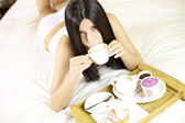 äter frukost i hotellrum — Stockfoto