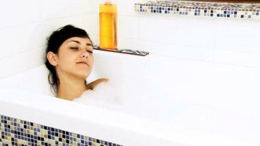 Woman enjoying bath with foam — Stock Video