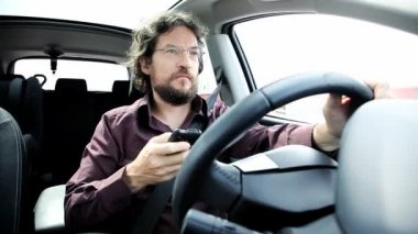 Man texting with smart phone while driving — Stock Video