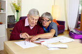 Senior couple in trouble calculating bills and taxes — Stock Photo