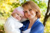 Feliz joven madre con su hija — Foto de Stock