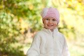 Lttle garota em um boné de tecido de malha — Foto Stock