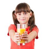 他伸出手中的果汁的小女孩 — 图库照片