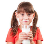 Bambina con un bicchiere di latticello — Foto Stock