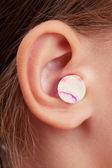 Tampões de ouvido na orelha humana — Foto Stock