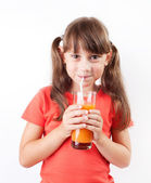 Девушка счастлива пить свежий сок — Стоковое фото