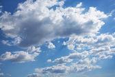Blauwe bewolkte hemel in cumulus wolken — Stockfoto