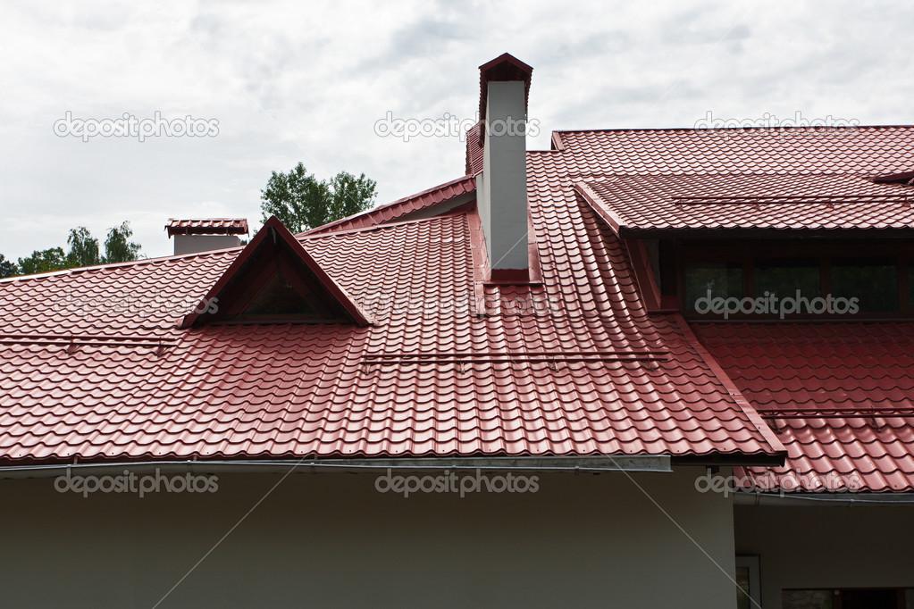 Maison de campagne avec un toit de tuiles photographie for Tuiles pour toiture maison