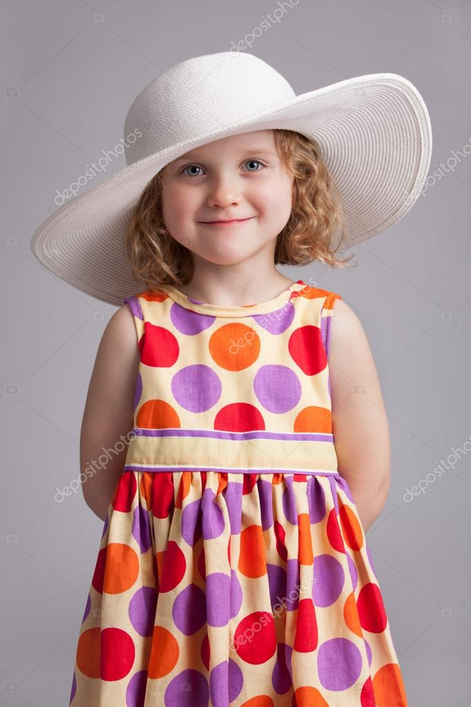 Beautiful little girl in a wide-brimmed hat and dress — Stock Photo #20173709
