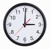 Okrągły zegar jest dokładnie trzy godziny — Zdjęcie stockowe