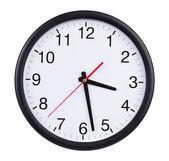 Horloge de bureau est à la moitié de la quatrième — Photo