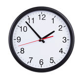 オフィスの時計は 5 分で 2 つを示しています — ストック写真
