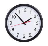 Büro uhr zeigt fünf minuten auf zwei — Stockfoto