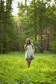 Mooi meisje onder de wilde bloemen — Stockfoto