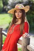 Belle femme dans un chapeau de paille — Photo