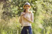 高高的草地之间美丽快乐的女人 — 图库照片