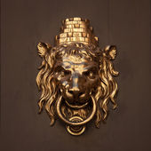 Antique door handle in the form of a lion — Stock Photo