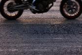 быстро езда на мотоцикле на дороге — Стоковое фото