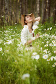 Girl in the meadow of daisies — Stock Photo