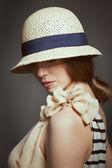 Elegante mulher de chapéu de vime retrô — Fotografia Stock