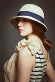 Vacker ung kvinna i retro kostym — Stockfoto