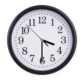 Ufficio orologio mostra la metà del quarto — Foto Stock