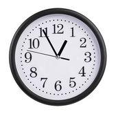 Horloge de bureau est à cinq minutes à une heure — Photo
