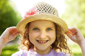 Happy smiling little girl in a hat — Zdjęcie stockowe
