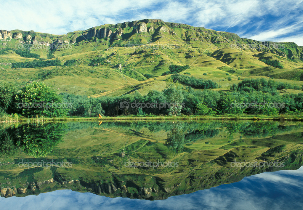 Drakensberg mountains reflected in a lake. KwaZulu Natal, South Africa — Stock Photo #17883037