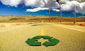 Recicl o sinal em uma estrada deserta — Fotografia Stock