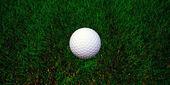 Pelota de golf en hierba verde — Foto de Stock