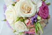 A bouquet of the bride and rings — Stock Photo
