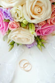 Bridal bouquet and rings — Stock Photo