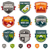 Vintage travel and camp badges — Vector de stock