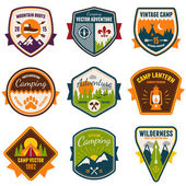 Vintage summer camp and outdoor badges — Vecteur
