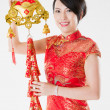 Stockfoto: Chinese womin cheongsam with traditional ornament