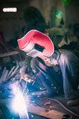 Chinese werknemer lassen metal — Stockfoto