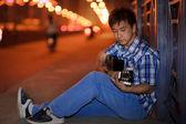 Ensam ung konstnär spela gitarr — Stockfoto
