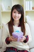 Uśmiechnięte młode azjatyckie kobiety z pudełko — Zdjęcie stockowe