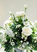Vitt blomsterarrangemang — Stockfoto