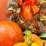 Autumn Pumpkins with Ribboned Door Wreath — Stock Photo