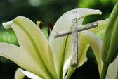 复活节百合和十字架 — 图库照片