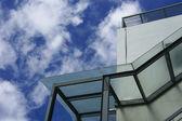 Moderna construcción sobre cielo azul — Foto de Stock