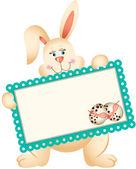 Paskalya tavşanı holding tebrik kartı — Stok Vektör