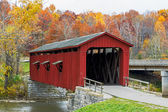 Cataract Covered Bridge and Fall Foliage — Stock Photo