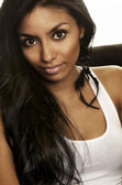 Bela jovem, com longos cabelos escuros — Foto Stock