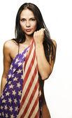 Bella donna avvolta nella bandiera americana — Foto Stock