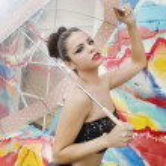 krásná nervózní mladá žena drží deštník — Stock fotografie