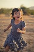女の子の子供の顔に笑みを浮かべて屋外を実行します。 — ストック写真