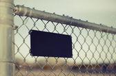 Chainlink řetěz kovový plot s znamení — Stock fotografie